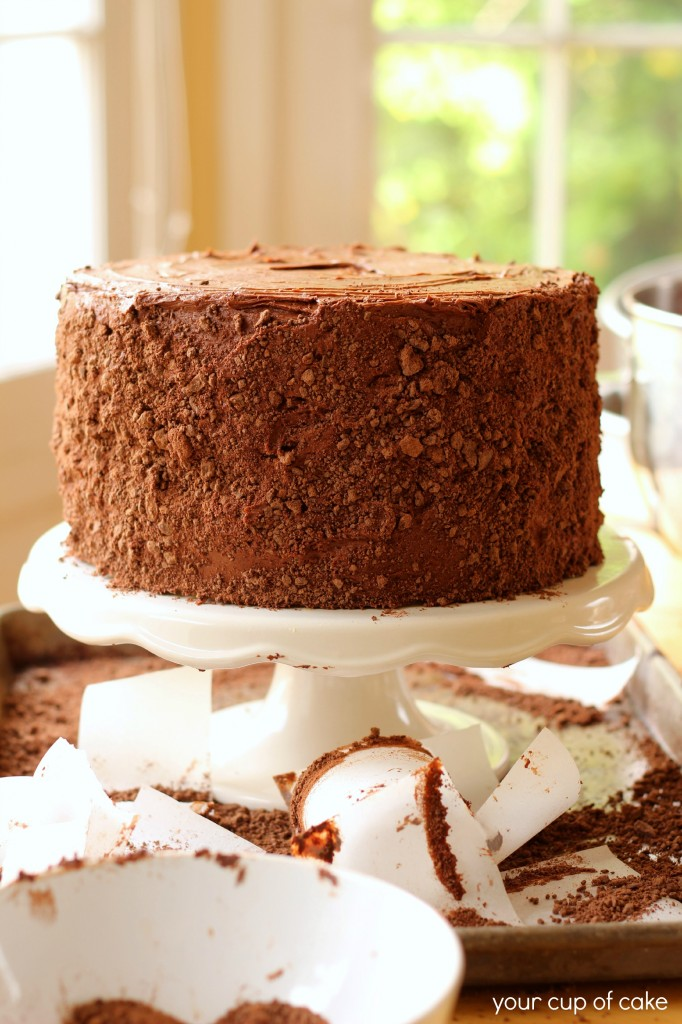 Decorating a chocolate cake easily