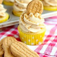 Easy Nutter Butter Banana Cupcakes!