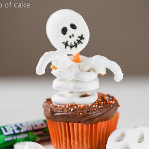How to make Easy Skeleton Cupcakes for Halloween, so cute!