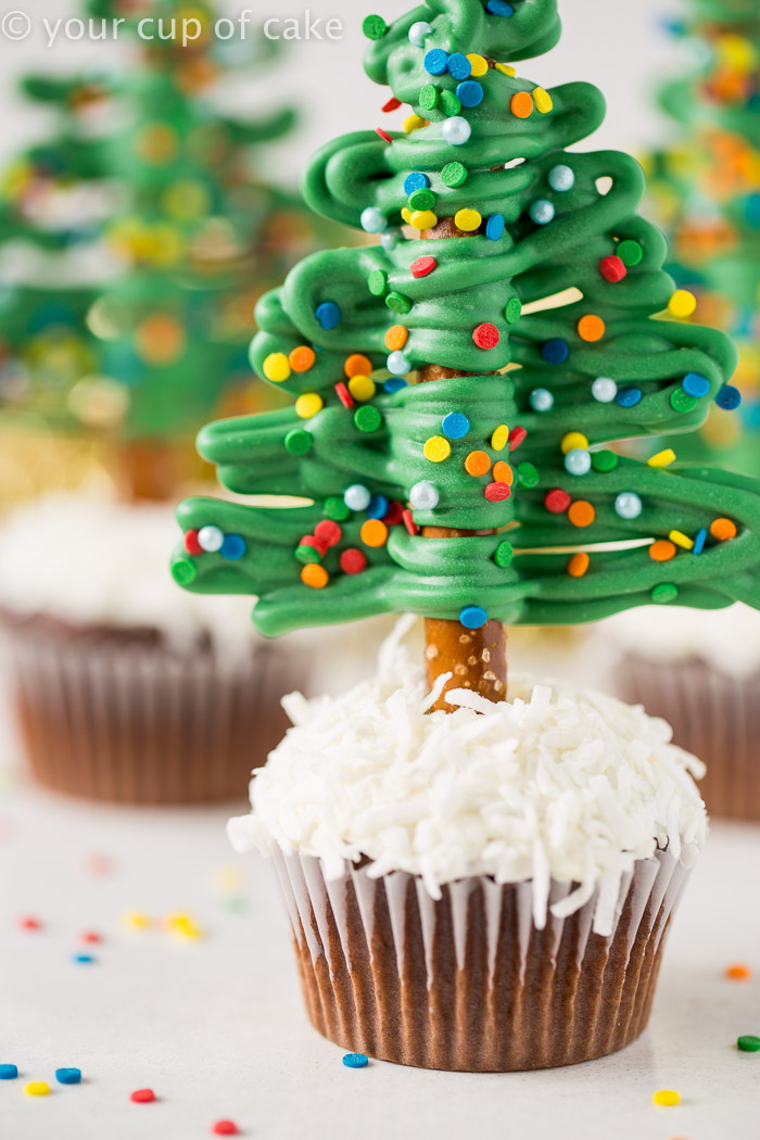 how to make easy christmas tree cupcakes using pretzels so fun