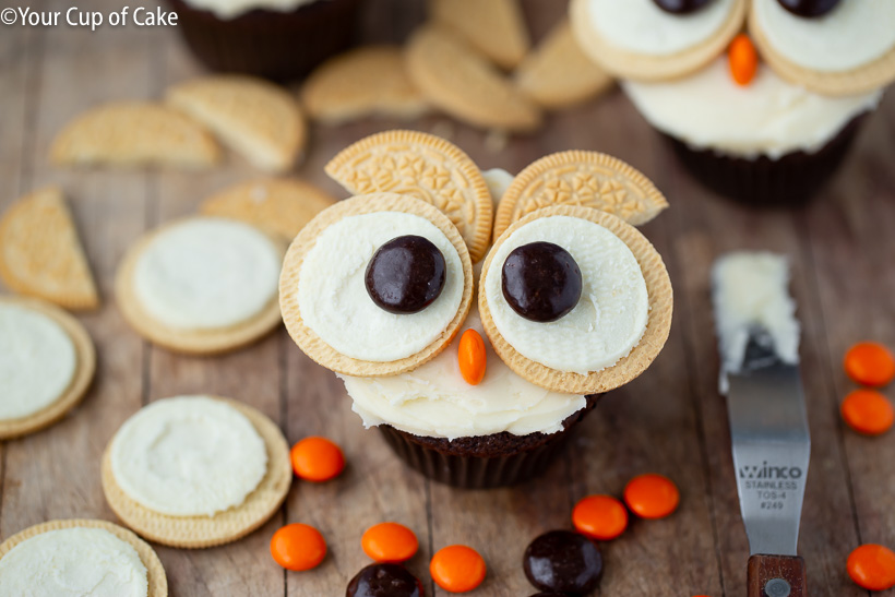 Cupcake Decorating with Kids! These Easy Oreo Owl Cupcakes are so cute!