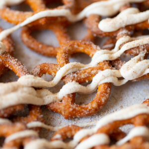 LOVE these sugary 5-Minute White Chocolate Pumpkin Pretzels! It's a microwave recipe so it's super easy too!